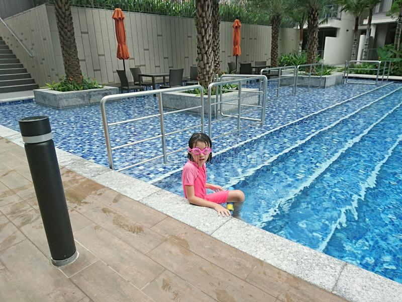 Fille dans la piscine image stock