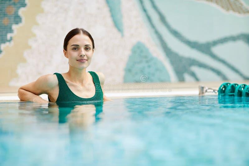 Fille dans la piscine de station thermale photos stock
