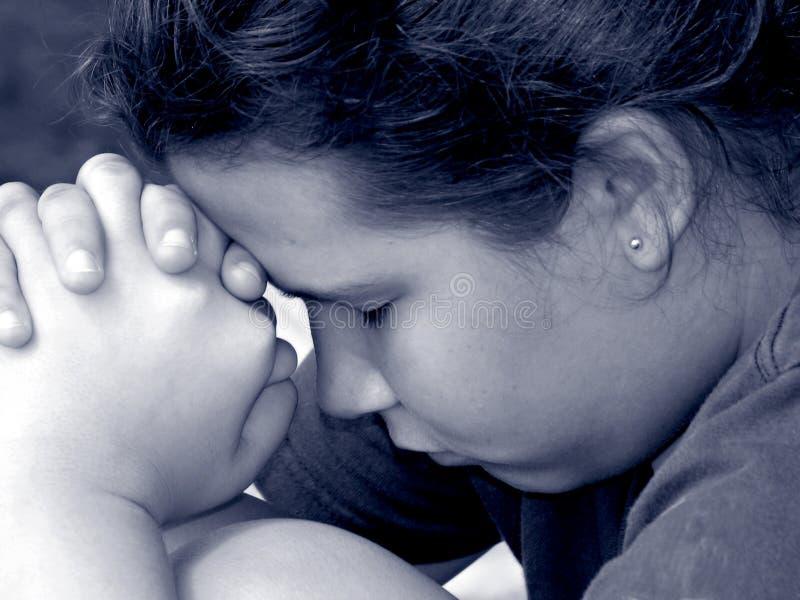 Fille dans la prière images libres de droits