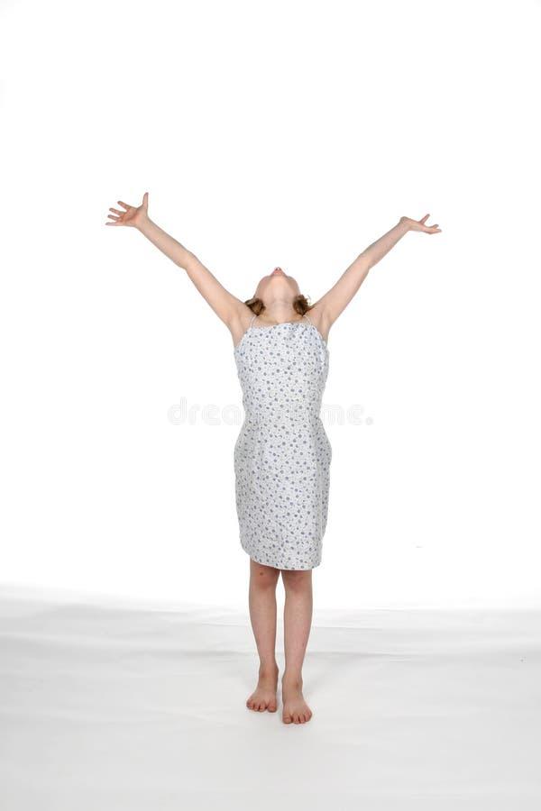 Fille dans la robe avec des bras vers le haut photo libre de droits