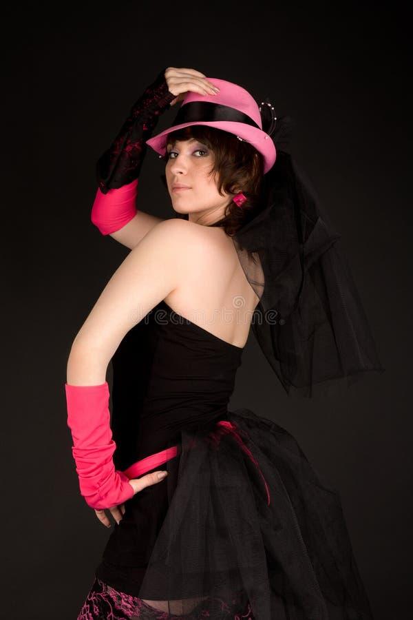 Fille dans la robe avec la pose de chapeau photographie stock libre de droits