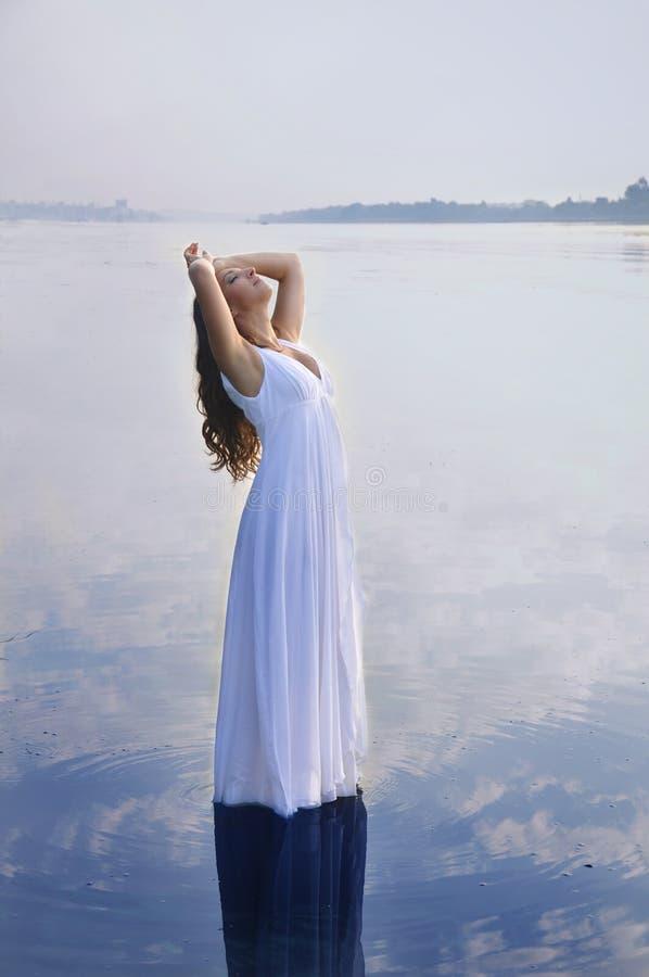 Fille dans la robe blanche image libre de droits