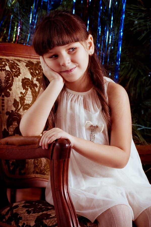 Fille dans la robe blanche avec la décoration d'arbre de Noël photo libre de droits