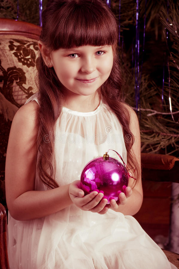 Fille dans la robe blanche avec la décoration d'arbre de Noël photographie stock libre de droits