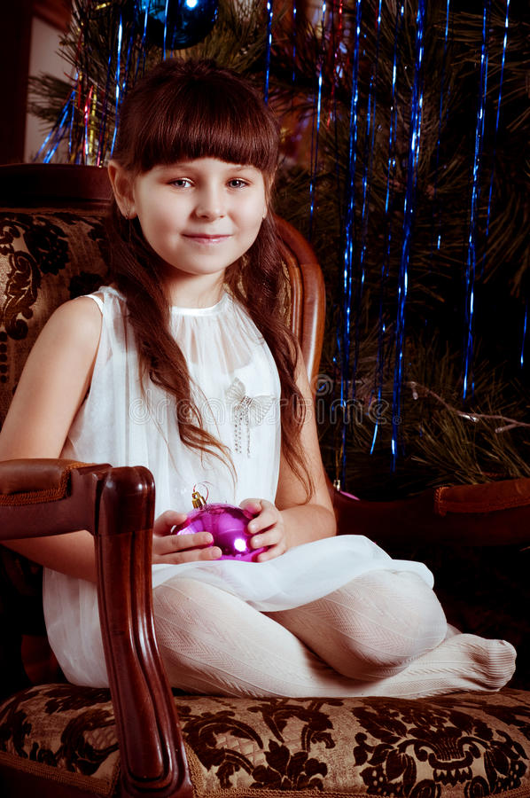 Fille dans la robe blanche avec la décoration d'arbre de Noël photo stock