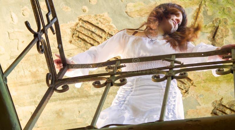 Fille dans la robe blanche démodée parmi des ruines du vieux manoir 10 photo stock