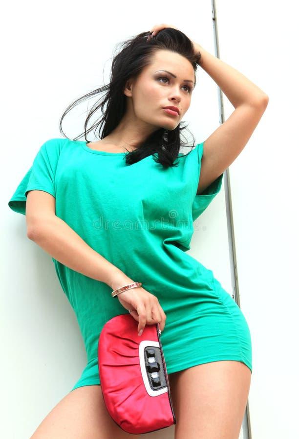 Fille dans la robe courte verte image libre de droits