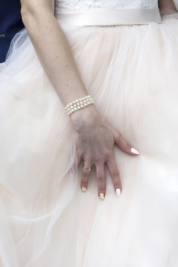 fille dans la robe de mariage montrant votre main image libre de droits