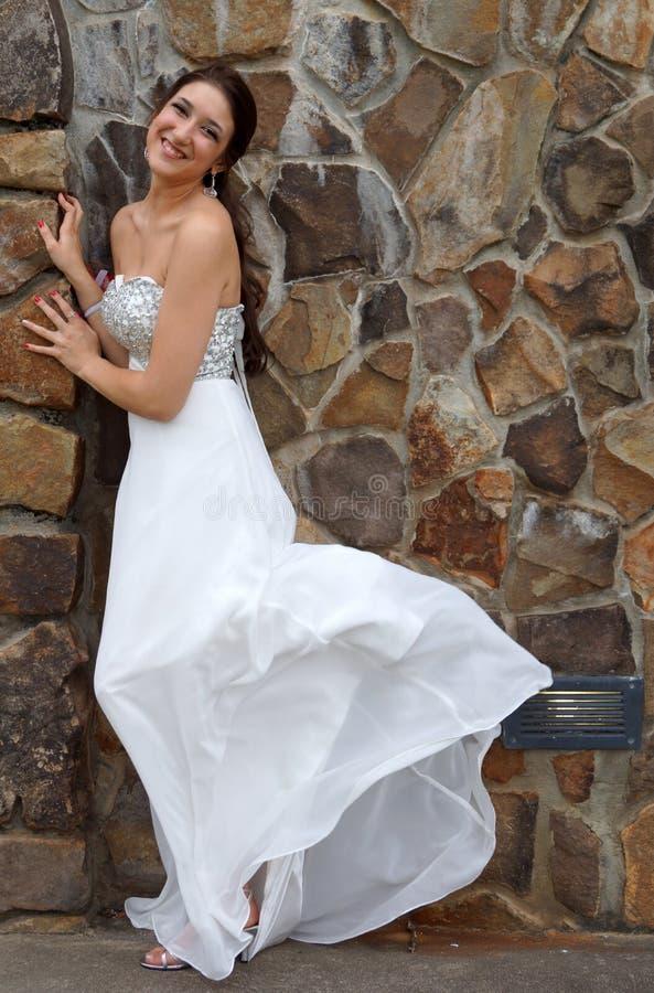 Fille dans la robe formelle blanche photo stock