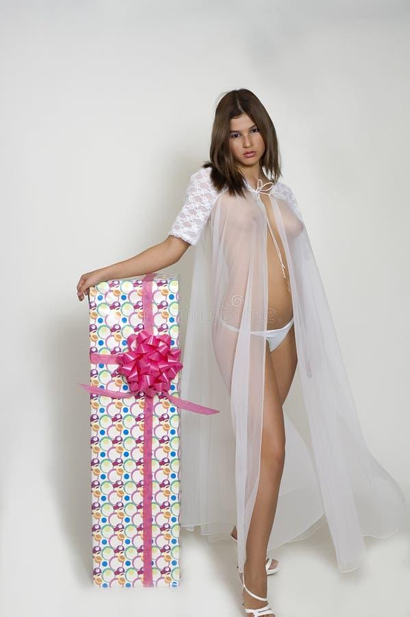 Fille dans la robe longue fine images stock