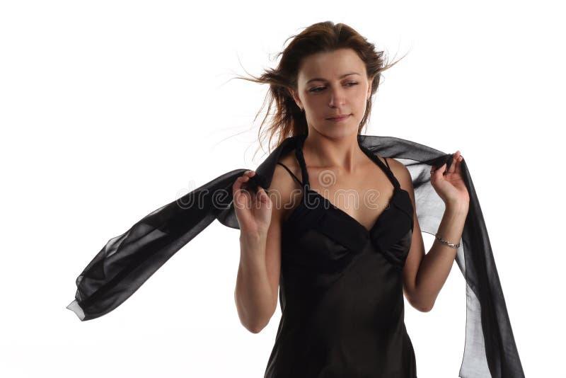 Fille dans la robe noire avec l'écharpe photo libre de droits