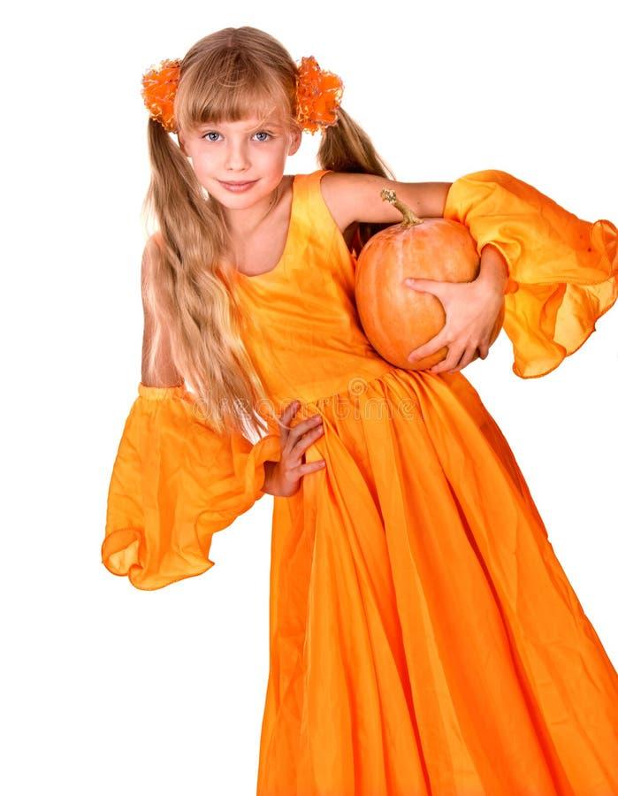 Fille dans la robe orange avec le potiron à l'action de grâces photo libre de droits
