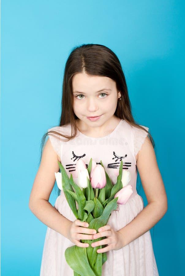 Fille dans la robe rose avec la tulipe photos stock