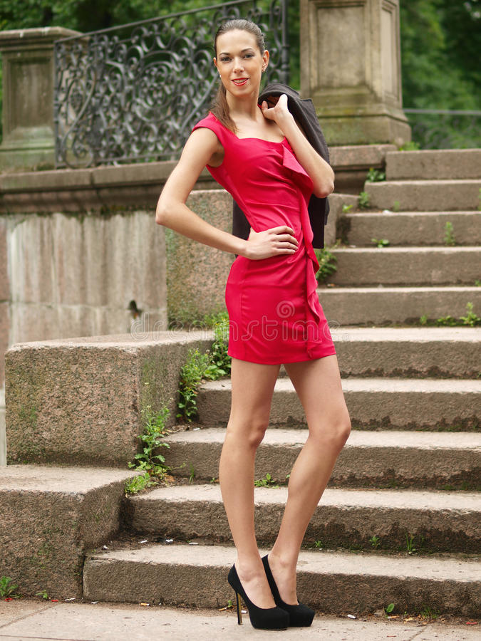 Fille dans la robe rouge images libres de droits