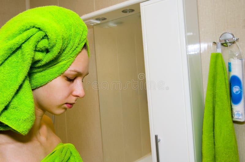 Fille dans la salle de bains photos stock