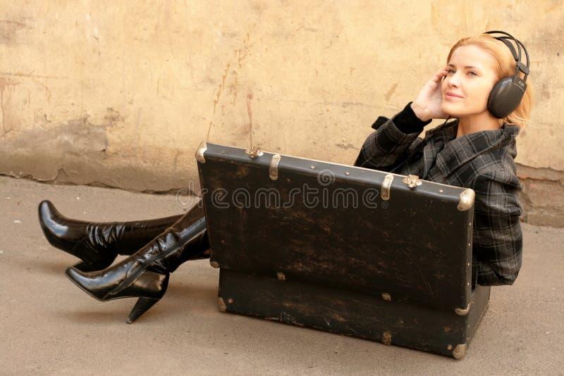 Fille dans la valise écoutant la musique images libres de droits