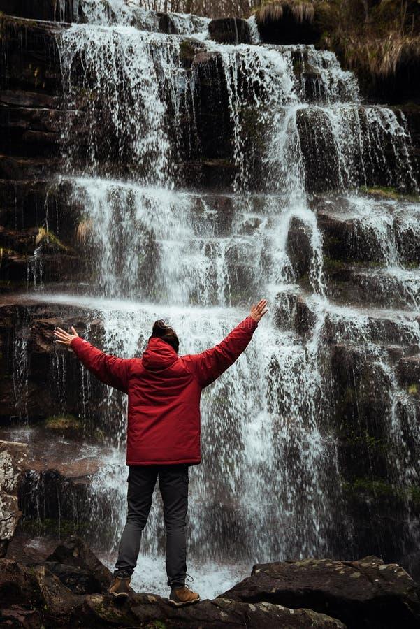Fille dans la veste rouge par la cascade photos libres de droits