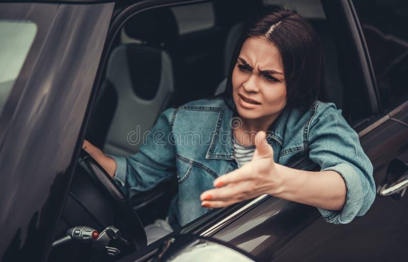 Fille dans la voiture images stock