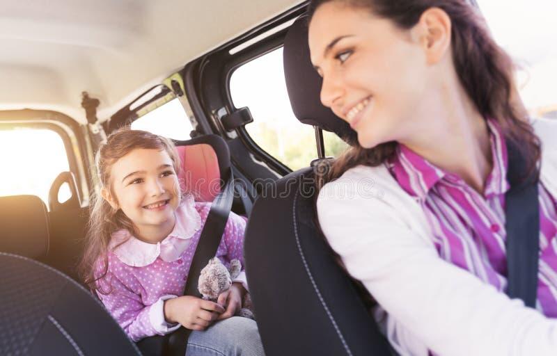 Fille dans la voiture avec sa mère photos libres de droits