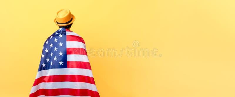 Fille dans la vue arrière de drapeau américain photos stock