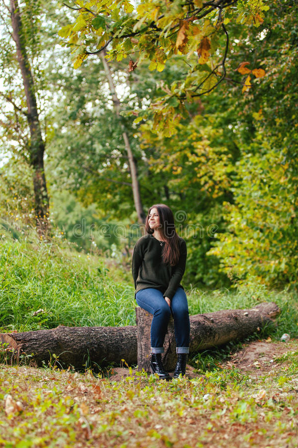 Fille dans le bois d'automne images libres de droits