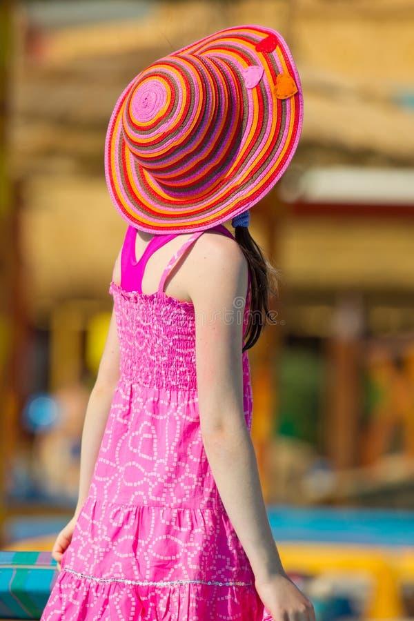 Fille dans le chapeau coloré du soleil image stock