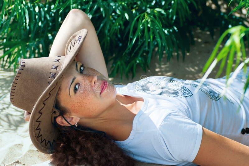 Fille dans le chapeau de cowboy image libre de droits