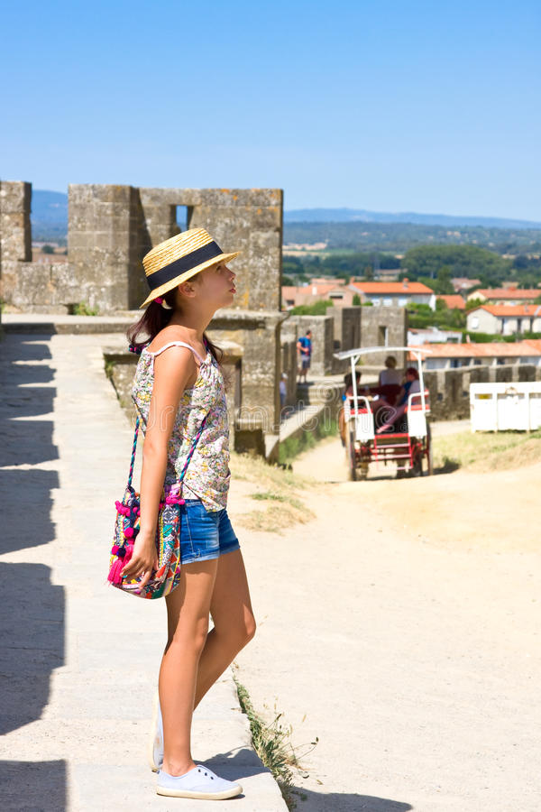 Fille dans le chapeau de paille en tournée à Carcassonne image libre de droits