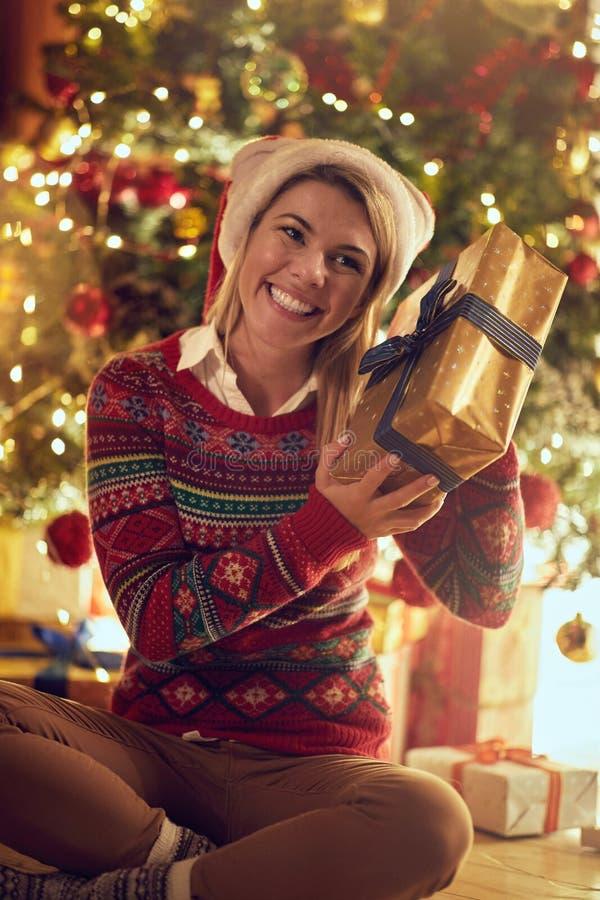 Fille dans le chapeau de Santa avec des cadeaux de Noël image libre de droits