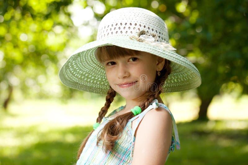 Fille dans le chapeau et la robe photo stock