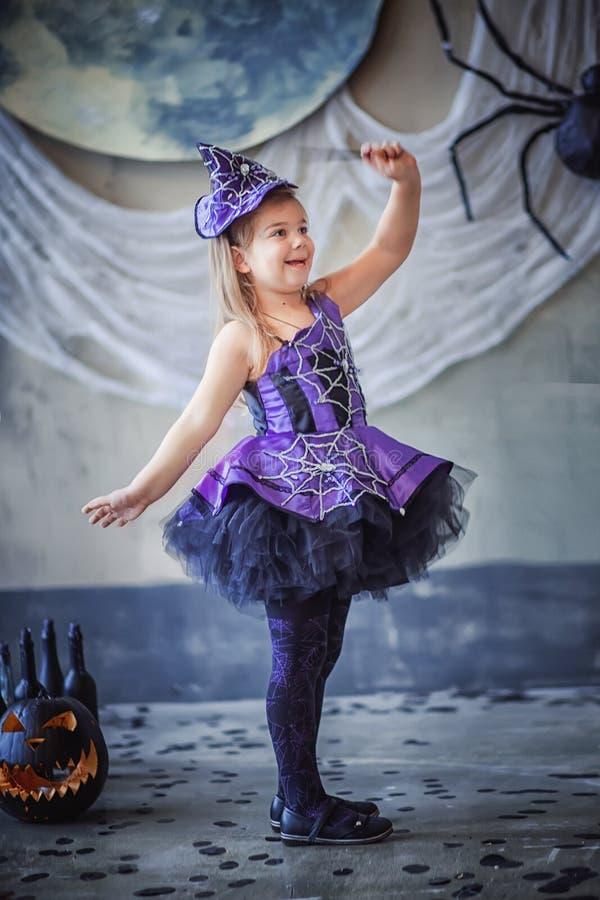 Fille dans le costume de sorcière pour Halloween photographie stock libre de droits