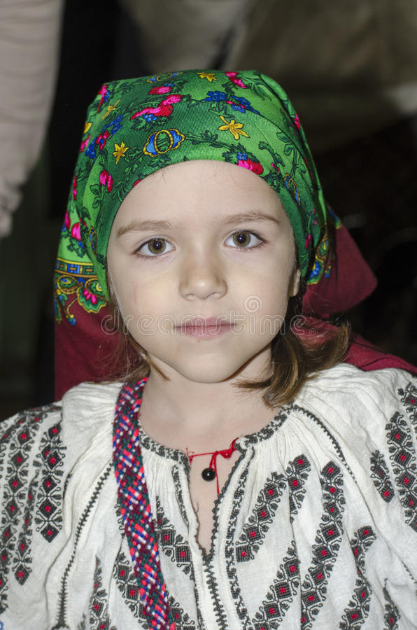 Fille dans le costume roumain national image libre de droits