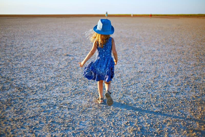 Fille dans le désert photo libre de droits