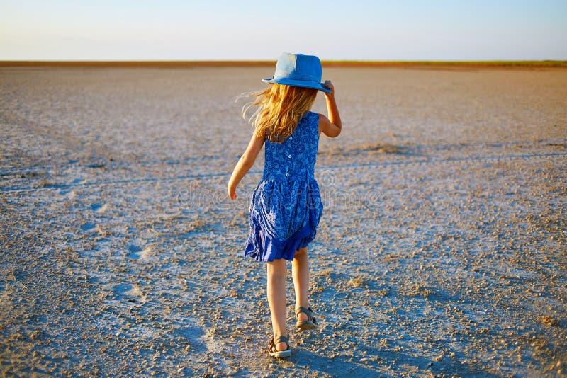 Fille dans le désert image stock