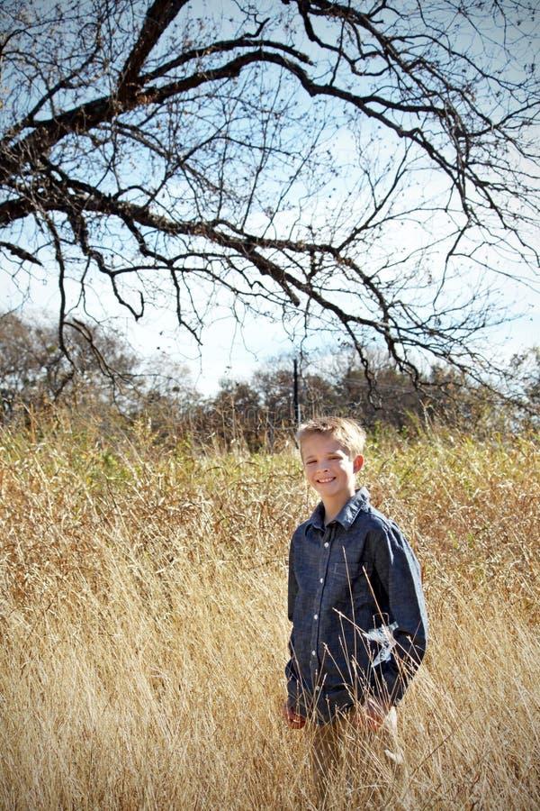Fille dans le domaine d'herbe d'automne photo stock