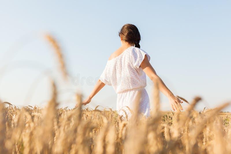 Fille dans le domaine de blé images libres de droits