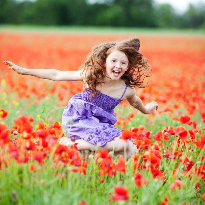 Fille dans le domaine de fleur photos stock