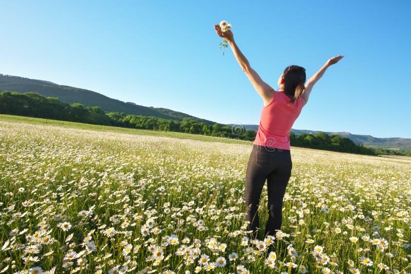 Fille dans le domaine de fleur de ressort de marguerite photos libres de droits