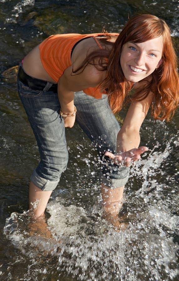 Fille dans le fleuve photos libres de droits