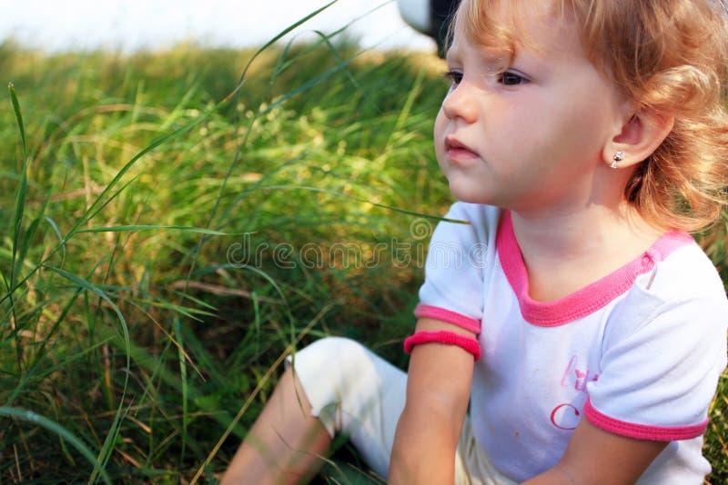 Fille dans le jardin photos libres de droits