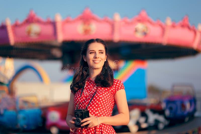 Fille dans le rétro équipement avec l'appareil-photo de vintage au carnaval juste photo libre de droits