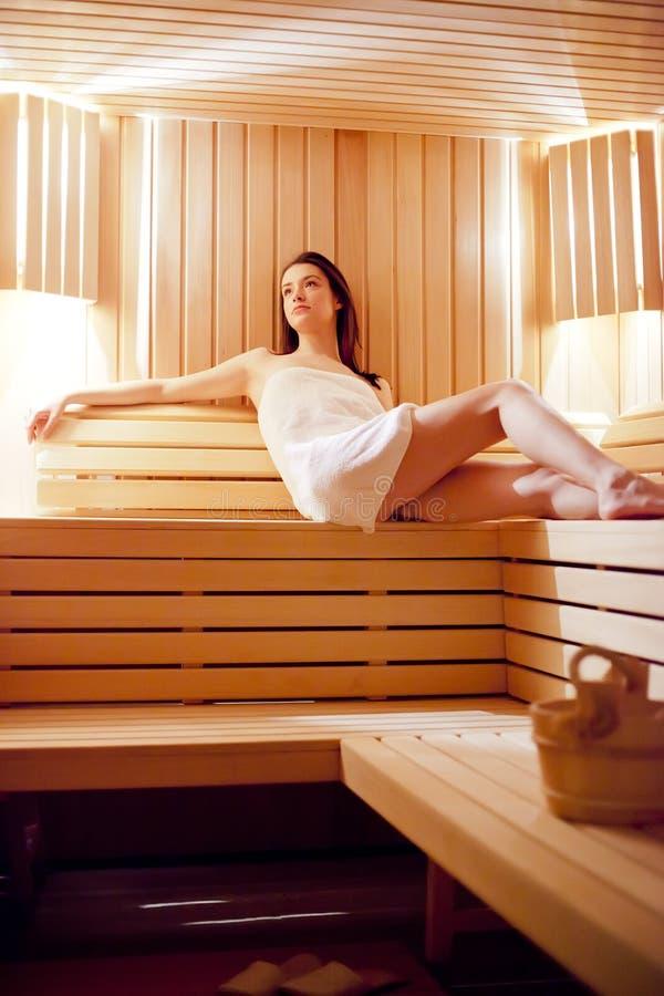 Fille Dans Le Sauna Photo stock
