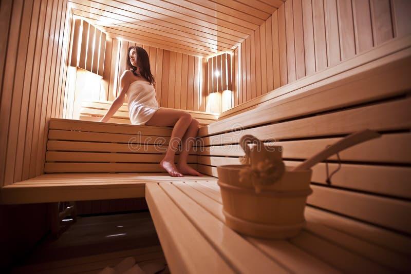 Fille dans le sauna image libre de droits
