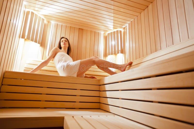 Fille dans le sauna photographie stock libre de droits
