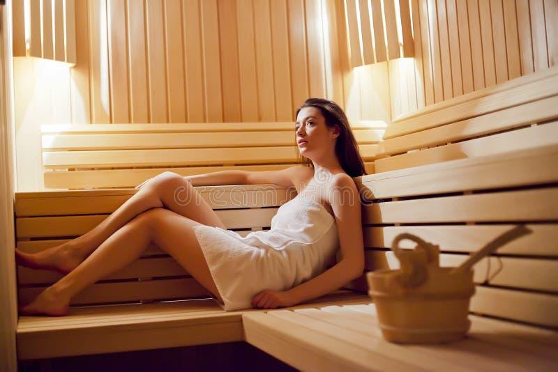 Fille dans le sauna images libres de droits