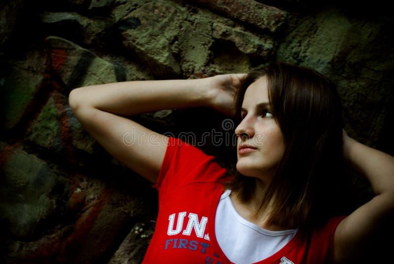 Fille dans le T-shirt rouge photographie stock libre de droits