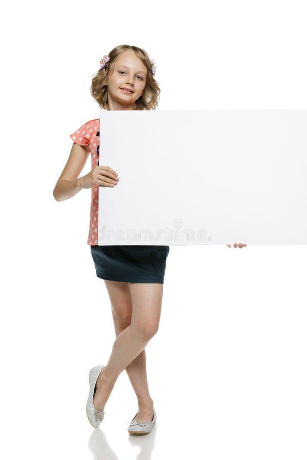 Fille dans le tableau blanc intégral de blanc de participation images stock