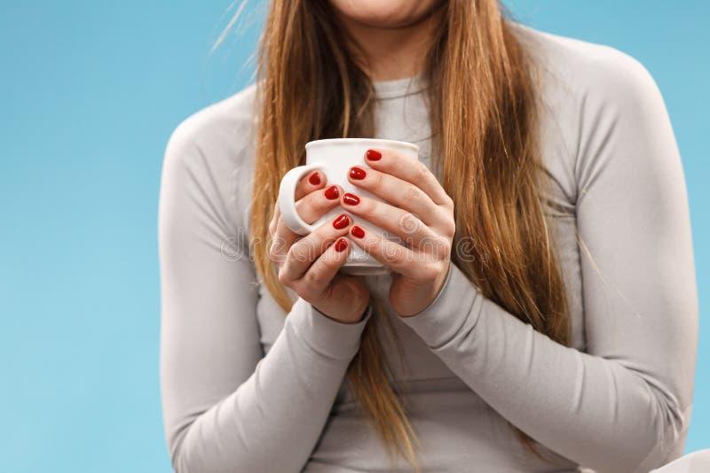 Fille dans le thé potable de sous-vêtements thermiques image stock