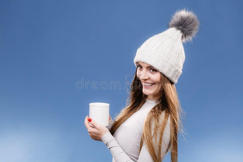 Fille dans le thé potable de sous-vêtements thermiques photos libres de droits