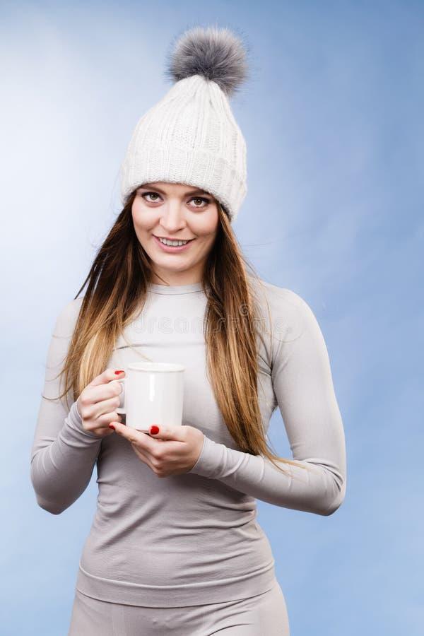 Fille dans le thé potable de sous-vêtements thermiques images libres de droits